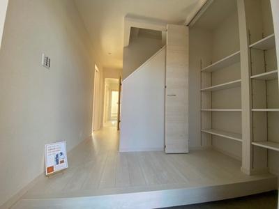 【同仕様写真】玄関の悩みといえば靴の収納です。家族が多いとその分靴も増えてしまいます。常にスッキリな玄関でいられるよう、充分なシューズクボックスを装備しています
