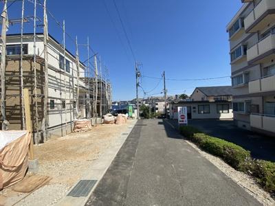 閑静な住宅街です。接道は東側2.58mです。