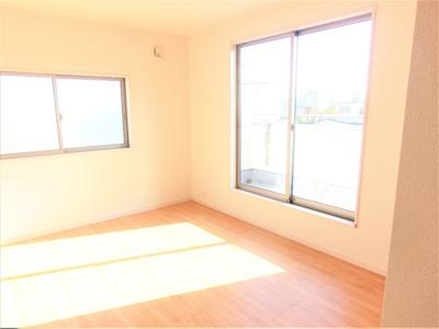 主寝室7.7帖を確保。子供部屋としても活用しやすい居室も2部屋確保。全室2面採光で日当たり良好なプライベート空間です。
