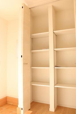 SCL確保!備え付けの下駄箱は可動棚仕様なので無駄なスペースなく靴を収納可能。来客時にスッキリした玄関でお出迎え出来るので気持ちがいいですね。