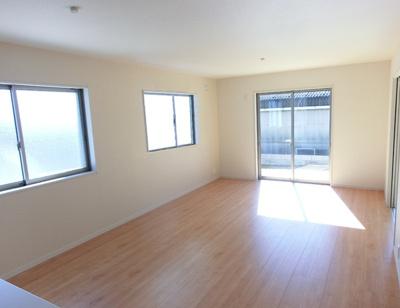 大きな窓から日差しが入り、明るい空間造りがなされているLDK。シンプルな色合いで家具やカーテンの色合いを選びません。和室との一体活用で22帖以上の空間になります