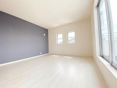 主寝室8.5帖はアクセントクロスで落ち着いた居室になっています。日当たり良好なプライベート空間で、家具やカーテンの色合いを選びません。