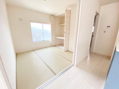 続き間の洋風和室4.5帖。収納スペースもあり、窓からの採光があって活用しやすい居室ですね。