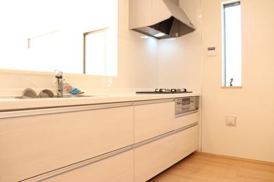 (同仕様写真)清潔感のあるシステムキッチンは対面タイプだからキッチン内にいながらご家族やお客様との会話が楽しめますね。お手入れ楽々なガラストップコンロを採用しています