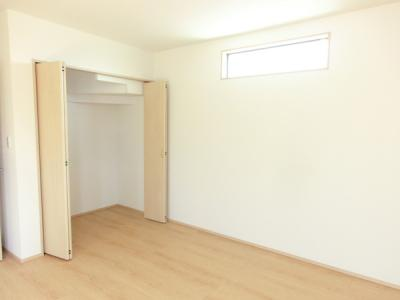(同仕様写真)2階は全居2面採光で日当たり・風通し良好。居室として活用できる納戸を含め2Fに4部屋確保しました。シンプルな色合いなのでお好みの居室を演出するのも楽しみの一つですね!
