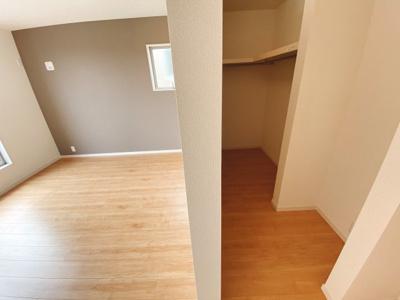 (同仕様写真)南向きのバルコニーを確保しています。2部屋から出入り可能です。