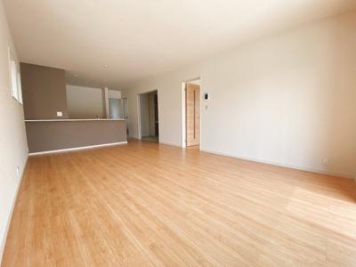 (同仕様写真)大きな窓から日差しが入り、明るい空間造りがなされているLDK。シンプルな色合いで家具やカーテンの色合いを選びません。和空間との一体利用で20.5帖以上の空間が広がります