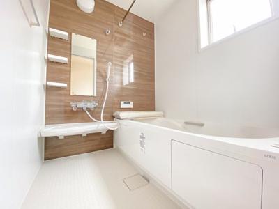 (同仕様写真)清潔感のある白を基調とした洗面室は小窓からの採光で明るく、風通しがいいので湿気対策も考慮されています。シンプルな洗面台は収納力だけでなくシンクも広いです。