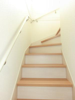 (同仕様写真)各棟の主寝室情報。1号棟8.5帖。2号棟9帖。3号棟7.75帖。日当たり良好なプライベート空間で、シンプルな色合いだから家具やカーテンの色合いを選びません。