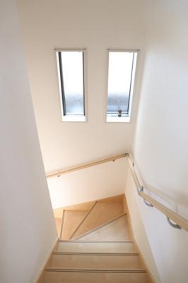 (同仕様写真)小窓から採光があって暗くなりにくい階段。手すり付きでゆるやかなカーブは上り下りも安心ですね