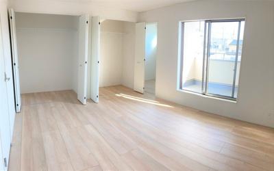 主寝室9帖をはじめ、他2部屋も子供部屋として活用しやすい広さを確保しています。全室2面採光で日当たりも良好。シンプルな色合いで部屋のコーディネートがしやすいです