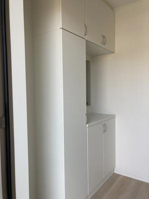 (同仕様写真)高さ調整が出来る棚を備えたスッキリ片付けられる収納力の高い下駄箱を設置しました。毎日の整理整頓がストレスフリーに行えますね