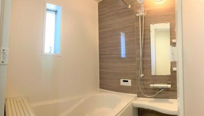 空気もこもらずいつもクリーンな浴室乾燥機付。雨の日のお洗濯にも大活躍します。 お子様と一緒に入って楽しめる広々浴室で、毎日のバスタイムが充実しますね