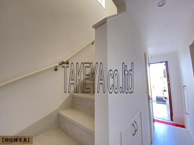 【同社施工事例写真】暮らしやすさと安全の為に、階段には手すりを採用しています。窓もあり明るく風通りも良いです
