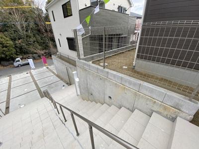 手摺り装備な外階段です。