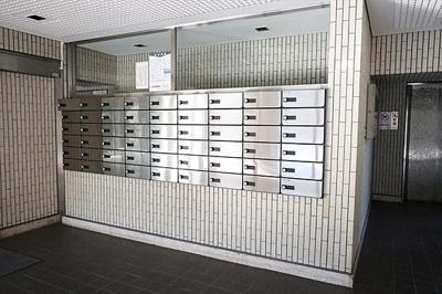 各住戸用のメールボックスも建物内にあります。