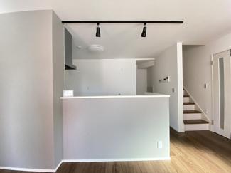 室内(2021年1月)撮影 キッチンはお洒落なスポット照明採用♪ブラックカラーでインテリアも締まり印象的です!