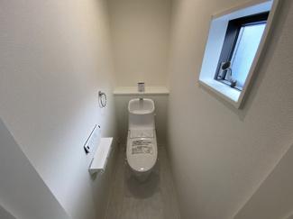 室内(2021年1月)撮影 1、2階共に高機能トイレ採用しています。便利な壁面収納も設け、窓も完備なトイレ空間はいつも快適です