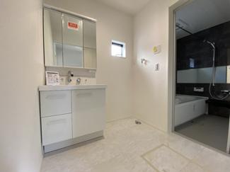 室内(2021年1月)撮影 身だしなみを整える洗面所は、いつも清潔にしておきたい場所!換気、明かり採りの窓も完備!明るいです!