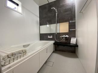 室内(2021年1月)撮影 1坪の広々バスルーム♪浴室乾燥付で雨の日でも楽々お洗濯♪ゆったりと一日の疲れを癒す快適空間に♪