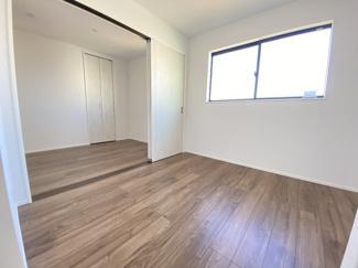 室内(2021年1月)撮影 2階洋室4.8帖と4.5帖は、間仕切り引き戸にて、つなげて活用できる事も可!