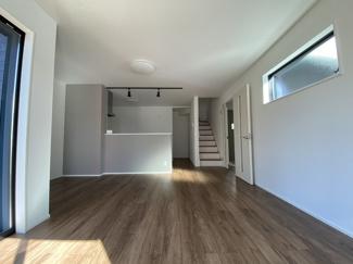 室内(2021年1月)撮影 3面採光の為、とても明るく風通り良好♪リビング階段採用!