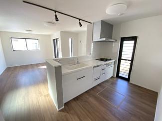 室内(2021年1月)撮影 お料理しながらリビング・家族を見渡せる対面キッチン♪家族の会話もはずみます♪床下収納庫や通風・明かり採りに便利な窓も完備!