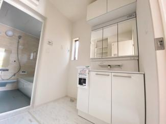 【同仕様写真】身だしなみを整える洗面所は、いつも清潔にしておきたい場所! 換気、明かり採りの窓も完備!