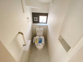 【同仕様写真】1、2階共に高機能トイレ採用しています 便利な壁面収納も設け、窓も完備なトイレ空間はいつも快適です