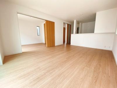 玄関の悩みといえば靴の収納です。家族が多いとその分靴も増えてしまいます。常にスッキリな玄関でいられるよう、充分なシューズボックスに加え、ホールに収納も完備!