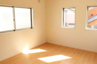 主寝室8.25帖以上を確保。WICを備えているので、居室空間を余すところなく活用して頂けます。シンプルな色合いだから家具やカーテンの色合いを選びません。