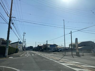 歩道を含め約16m幅の公道に面しています。見通しがいいので車の出入りもしやすいです。
