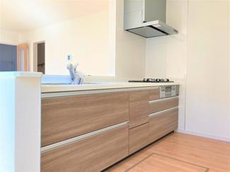 使いやすいキッチンはお手入れ楽々でシンプル設計。収納力もあるので調理器具も棚にスッキリ。リビングが見渡せる対面式カウンター仕様で家族のコミュニケーションもしっかり取れます。