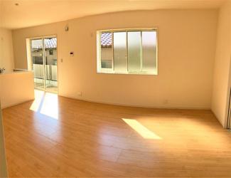大きな窓から日差しが入り、明るい空間造りがなされているLDK。シンプルな色合いで家具やカーテンの色合いを選びません。和空間との一体利用で20.5帖以上の空間が広がります