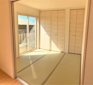 押入のある和室はLDKと続き間なので一体活用も可能です。南側からの採光もあって温かい空間になっています。