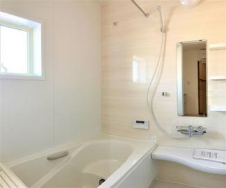 空気もこもらずいつもクリーンな浴室乾燥機付。雨の日のお洗濯にも大活躍します。お子様と一緒に入って楽しめる広々浴室で、毎日のバスタイムが充実しますね