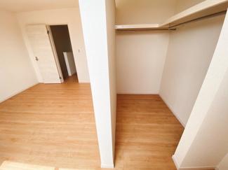 (同仕様写真)主寝室7.75帖を確保。北側の2部屋は間仕切り戸を外すと10帖超えとなります。ライフスタイルに合わせた活用が出来て便利ですね