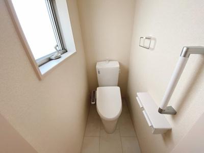 (同仕様写真)清潔感のある洗面室は小窓からの採光で明るく、風通しがいいので湿気対策も考慮されています。シンプルな洗面台は収納力だけでなくシンクも広いです。