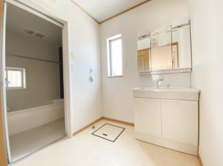 (同仕様写真)窓の大きさも充分な洗面室は採光と湿気対策に役立ちます!白を基調とした洗面室なので清潔感もあり、気持ちよく毎日お使い頂けますね。