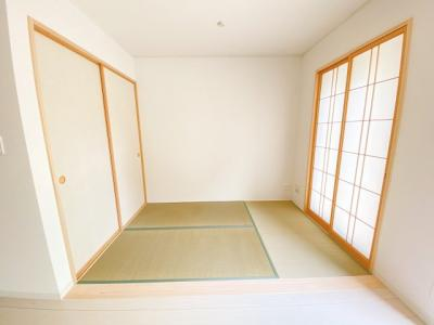 (同仕様写真)タタミコーナー、もしくは和室を確保しています。LDKと一体利用で20帖以上の空間が広がり、使い勝手の良い一室となっています。
