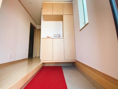 (同仕様写真)増えがちな靴もしっかり収納できる下駄箱で玄関回りもスッキリ。来客時に一番目にするスペースだからいつでも整えておきたいですね!