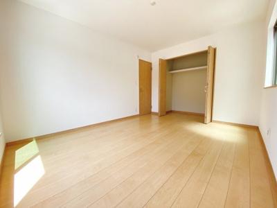 主寝室7.87帖。全室2面採光で日当たり・風通し良好。プライベート空間は2Fに3部屋確保。シンプルな色合いなのでお好みの居室を演出するのも楽しみの一つですね!