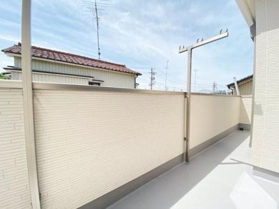 2部屋から出入り可能な南側バルコニーは日当たりも良く、洗濯物が一気に干せてすぐに乾きそうですね。