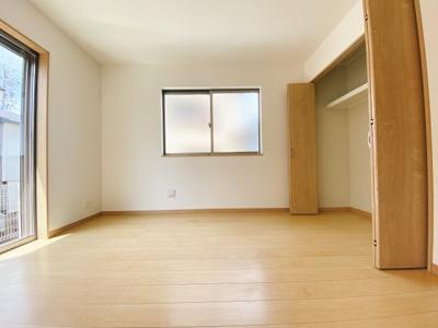 LDKと続き間の洋室6帖。収納スペースもあるので使いやすい居室になっています。2面採光で明るく、リビングと廊下からの2way出入が可能です。