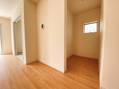 (同仕様写真)大きな窓から日差しが入り、明るい空間造りがなされているLDK。シンプルな色合いで家具やカーテンの色合いを選びません。和空間との一体利用で20帖以上の空間が広がります