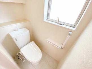 (同仕様写真)2階全室2面採光。日当たり良好なプライベート空間で、シンプルな色合いだから家具やカーテンの色合いを選びません。