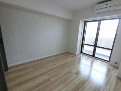 6.3帖の洋室は主寝室にいかがでしょうか。 バルコニーに面しており採光・風通し◎
