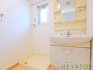 忙しい朝の身支度に便利な洗面化粧台(同仕様写真)