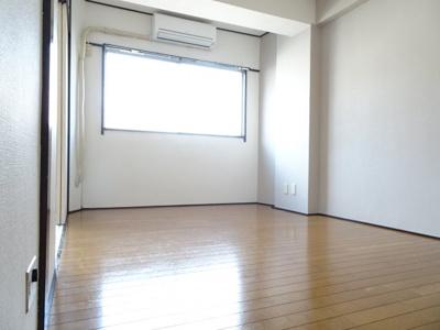 コンフォート竜泉 洋室6帖(キッチン側から) ※写真は同タイプのお部屋です