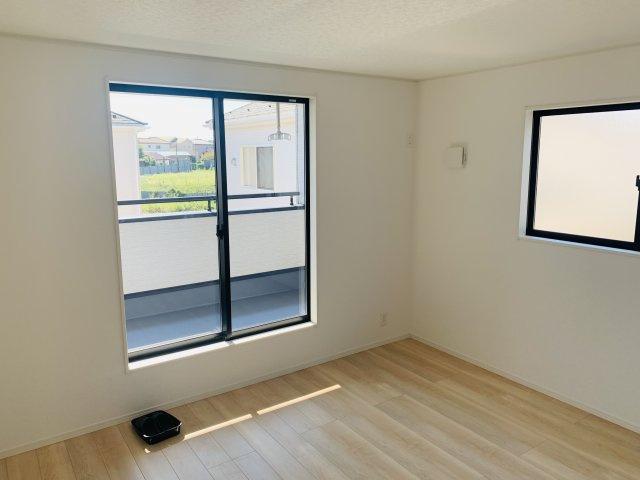 【同仕様施工例】2階 WIC スーツケースやゴルフ用品など大きな物も収納できます。窓があるので換気できます。